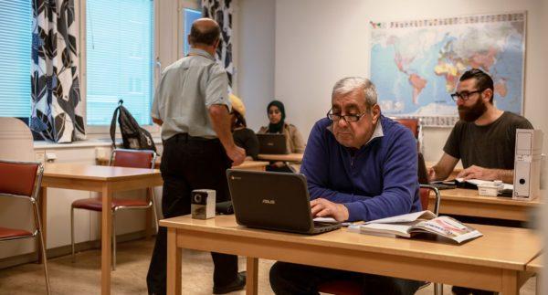 studerande vid sva allmän sitter vid bord i lektionssal på Marieborg Folkhögskola